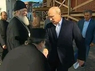 Путин рассердился на священника, поцеловавшего ему руку
